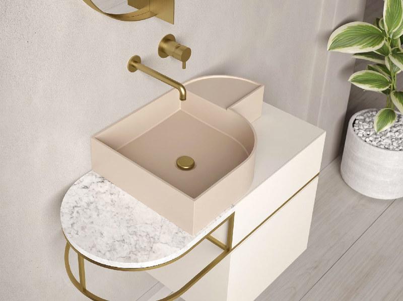 Lavabo con piano in rosa cipria per bagno piccolo