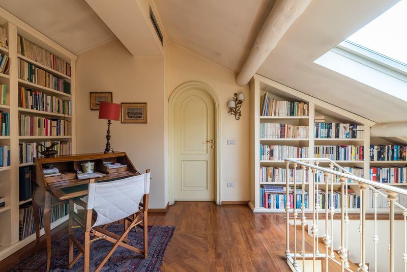 Tante idee per il soffitto con le travi a vista gabetti for Finestre a soffitto