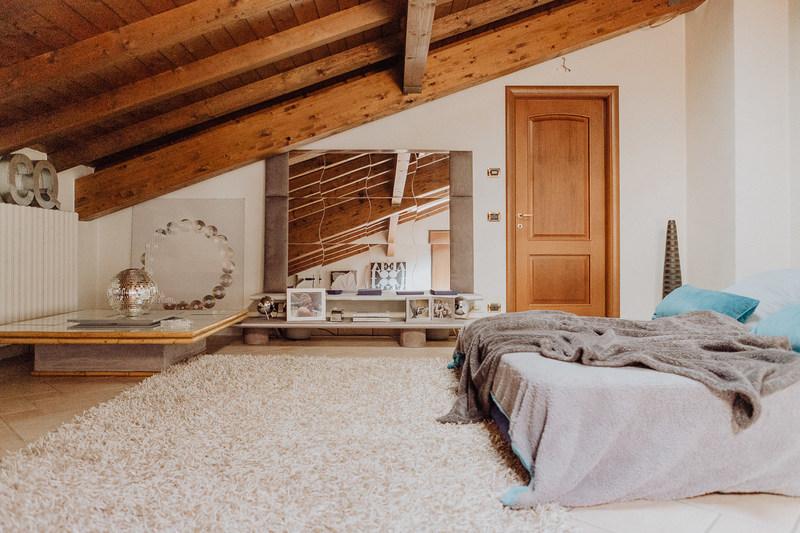 Colori pareti camera da letto con travi a vista come integrare le