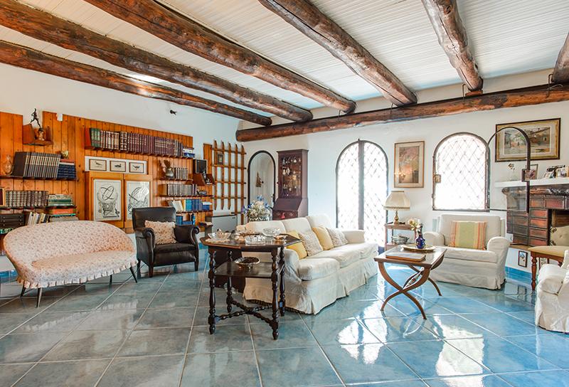 Soffitti In Legno Bianco : Soffitto travi legno bianche: soffitto a travi dal legno scuro al